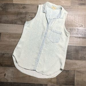 CLOTH & STONE PRINTED ACID WASH CHAMBRAY TOP